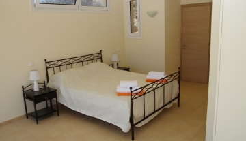 Villa Jasmine double bedroom with en-suite bathroom.jpg