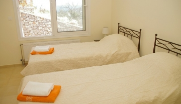 Villa Jasmine twin bedroom with en-suite bathroom.jpg