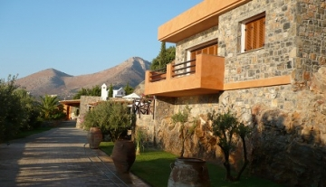 ELLH2440 – Luxurious house of 170m2 with church in Elounda.